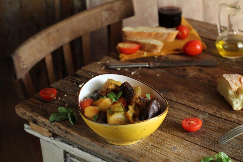 Ghiotta siciliana di verdure, contorno povero dal sapore antico