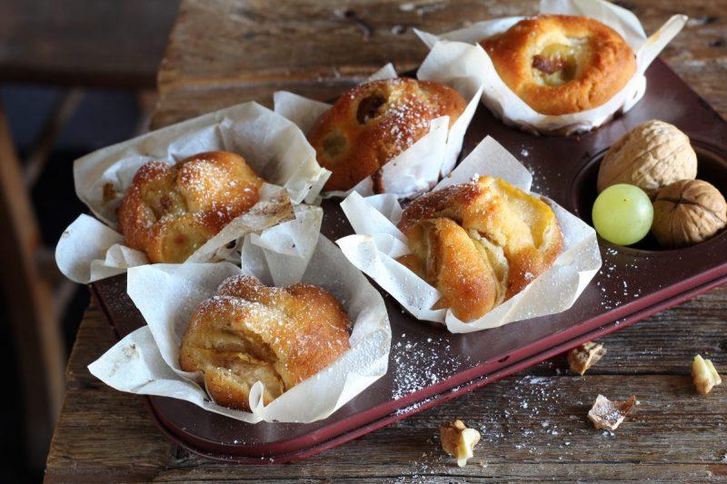 Muffin con uva e noci, alti e soffici…