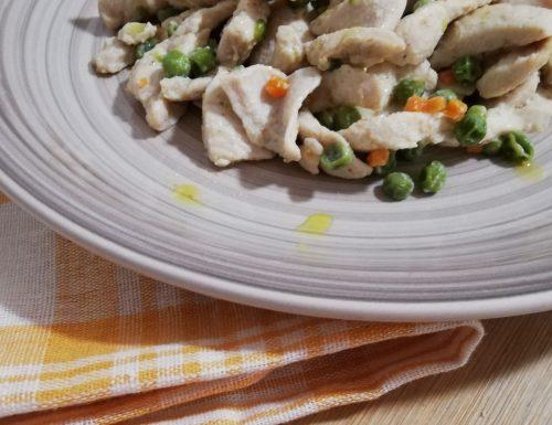 Listarelle di pollo con pisellini verdi confit