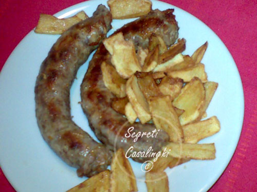 salsicce al forno con patatine fritte