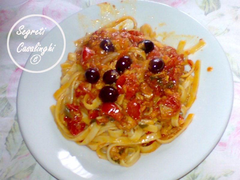 fettucce salsa tonno olive capperi