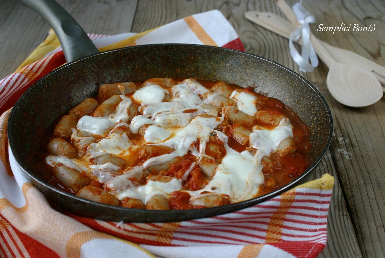 Salsiccia alla pizzaiola in padella ricetta - Come cucinare salsiccia ...