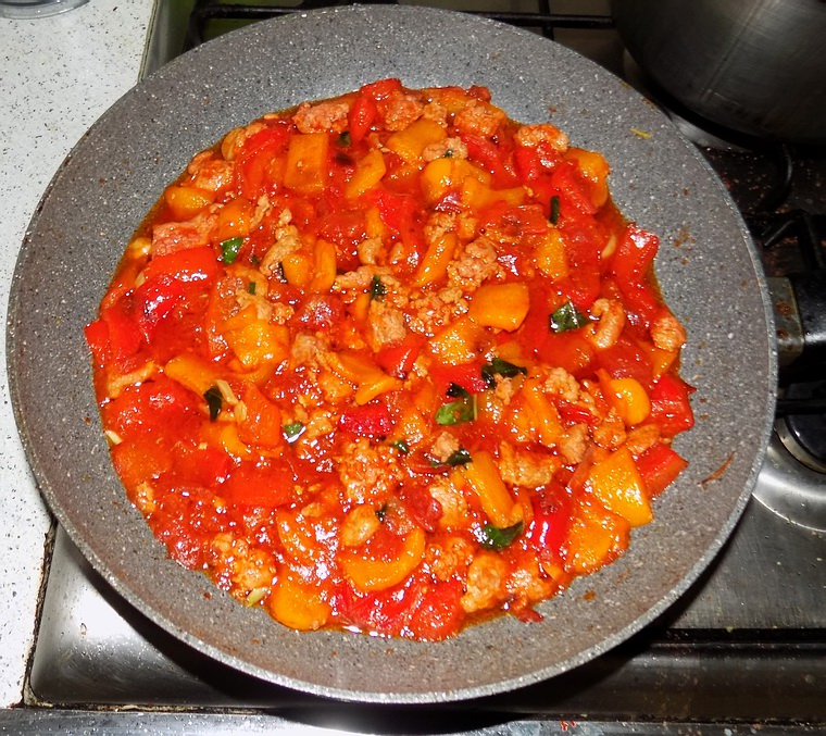 Peperoni, salcicce e pomodori