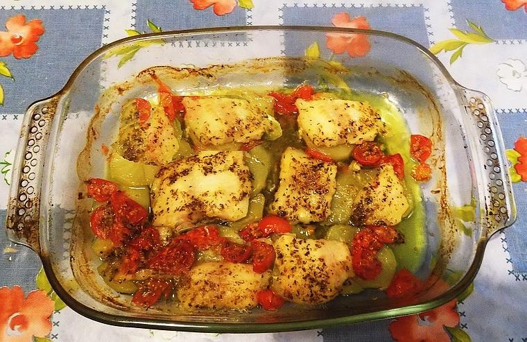 Pangasio al forno con patate e pomodorini