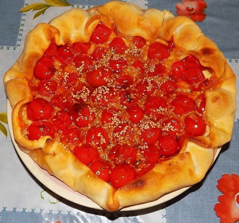 Crostata di pomodori con formaggio e sesamo
