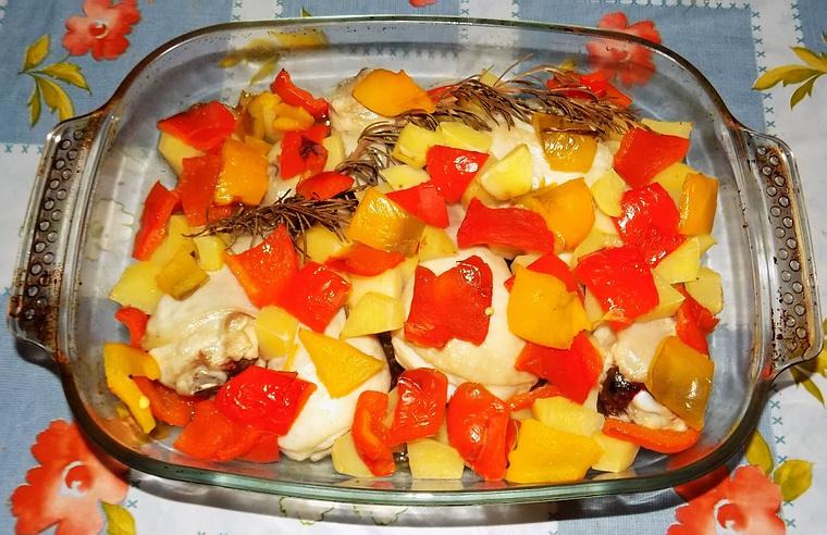 Pollo al forno con patate e peperoni