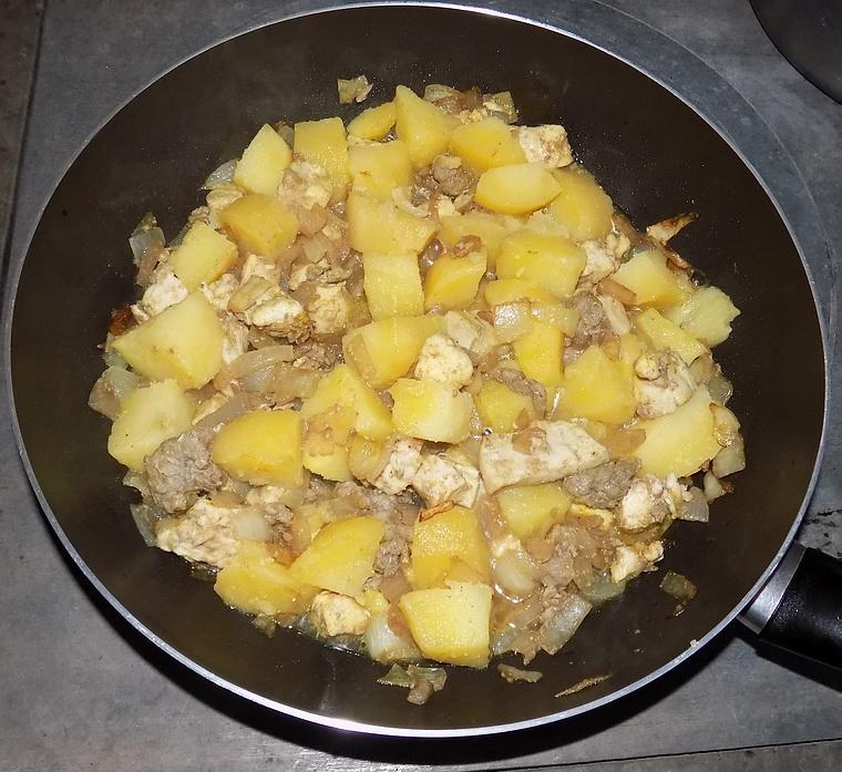 Bocconcini di tacchino con cipolle e patate in agrodolce
