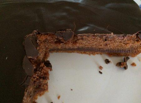 Torta al cioccolato con glassa senza glutine, lattosio e uova