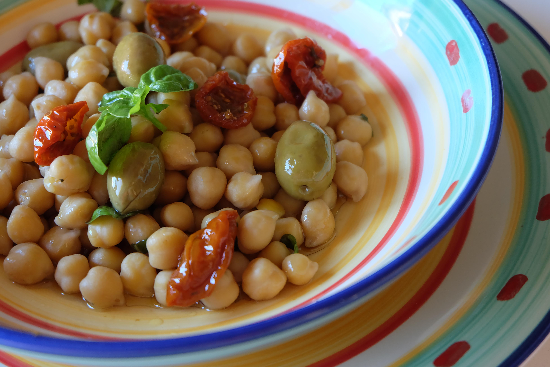 L Insalata di Ceci con Pomodori secchi e olive verdi ¨ una gustosissima insalata nutriete ed anche bella da vedere I ceci sono buoni amici del cuore