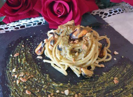 Spaghetti al pesto di pistacchio e cozze con crumble di tarallo piccante