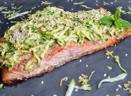 Filetto di salmone in crosta di julienne di zucchine e semi di sesamo croccante.
