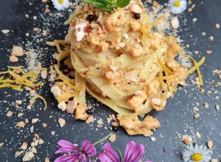 Tagliatelle con tartare di salmone al profumo di erbette in crema di burro alle nocciole con zeste di limone e perle di aceto balsamico.