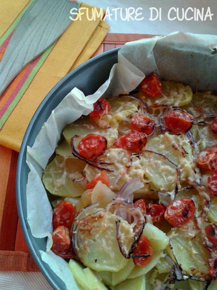 Teglia di patate con cipolle rosse e pomodorini