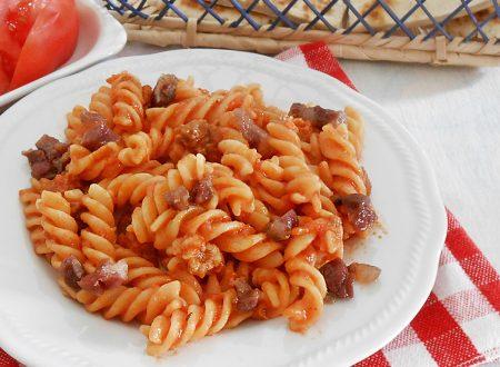 Fusilli al sugo di pomodori pancetta e cipolla