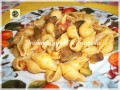 Conchiglie pasta al sugo di noci pomodorini e olive nere