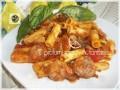 Pasta al sugo di basilico, con rondelle di salsiccia e melanzane