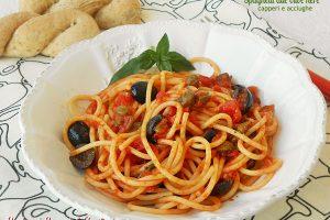Spaghetti alle olive nere capperi e acciughe