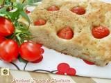 Focaccia soffice con fiocchi di patate e pomodorini