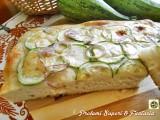 Focaccia alta e soffice con cipolla e zucchine