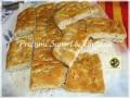 Focaccia ricetta, con olive nere al profumo di timo