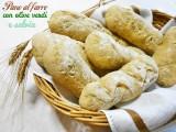 Pane al farro con olive verdi e salvia