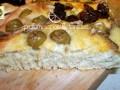 Focaccia ricetta, con fiocchi di patate olive e acciughe
