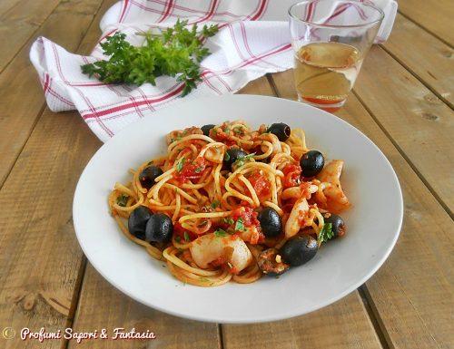 Spaghetti seppie e calamari con olive nere