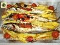 Sgombri al forno con patate pomodorini e olive nere