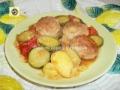 Polpette di carne e verdure miste in padella