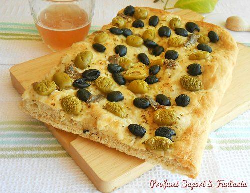 Focaccia con fiocchi di patate olive acciughe