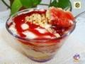 Dessert con crema pasticcera e salsa di fragole