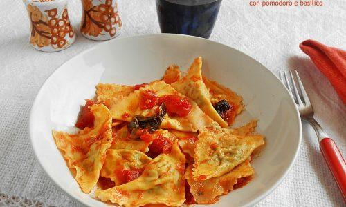 Ravioli ai formaggi con pomodoro e basilico