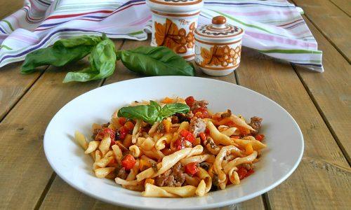 Strozzapreti con peperoni e salsiccia