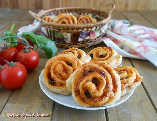 Girelle di pizza, con mozzarella olive e pomodoro
