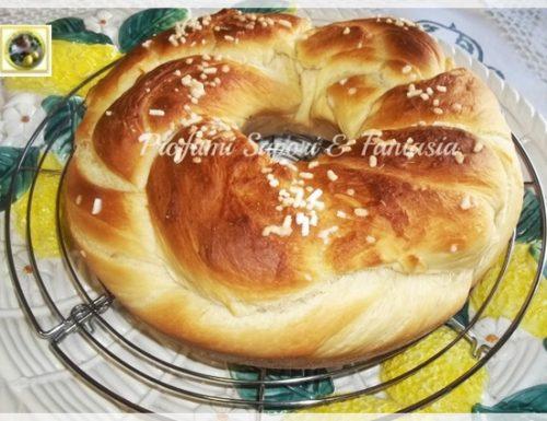 Treccia di pan brioche dolce, con granella di zucchero