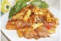 Pasta al sugo di basilico con rondelle di salsiccia e melanzane