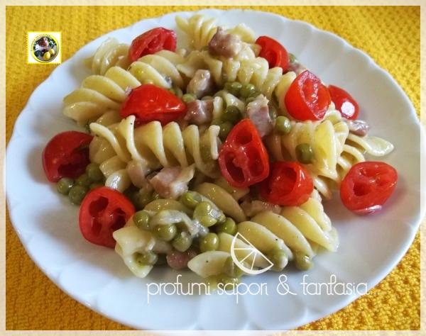 Fusilli napoletani con piselli gorgonzola pancetta e pomodorini