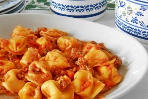 Cappelletti-ripieni-di-formaggi-al-ragù-300x200