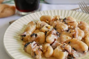 Gnocchi di patate con radicchio taleggio e noci