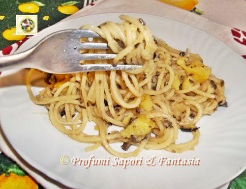 Spaghetti con acciughe olive e patate