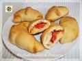Brioche di pizza, farcite con mozzarella e pomodoro