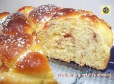 Pan brioche soffice con marmellata di ciliegie