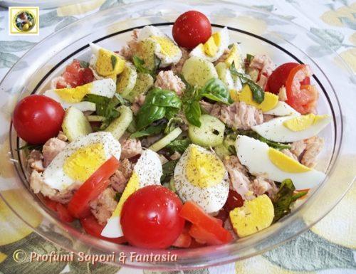 Insalata di verdure e tonno con uova sode