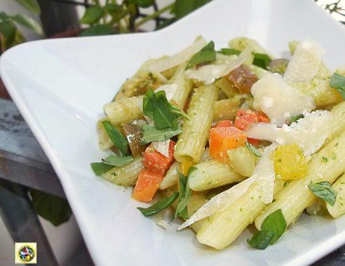 Pasta fredda al pesto di rucola verdure e parmigiano
