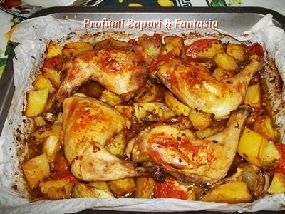 Cosce di pollo arrosto con patate cipolle e pomodori