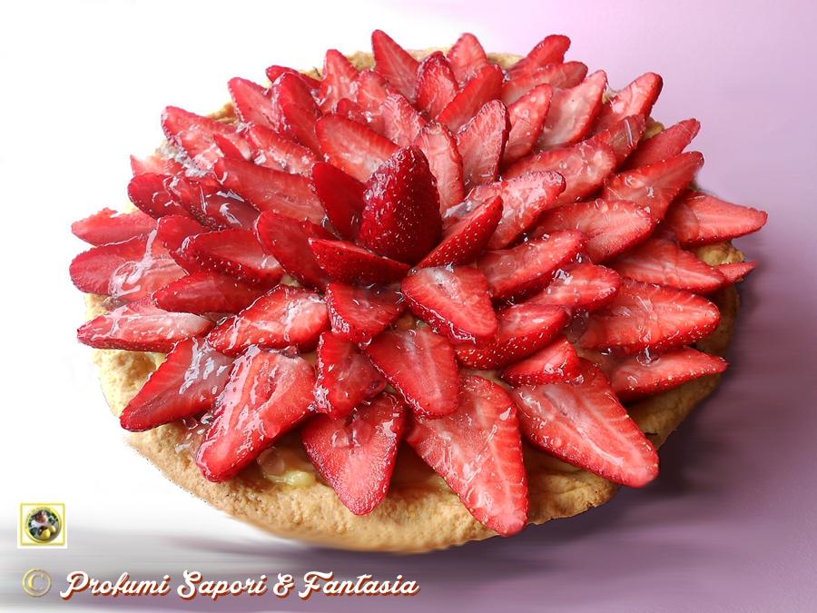Crostata alle fragole con crema e cioccolato for Decorazioni torte con fragole e cioccolato