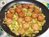 Polpette e zucchine in padella con cipolla