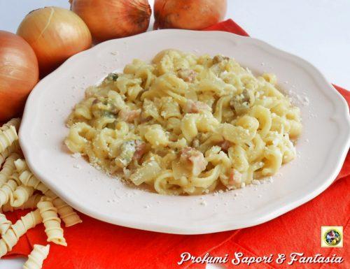 Pasta con cipolle gorgonzola e pancetta
