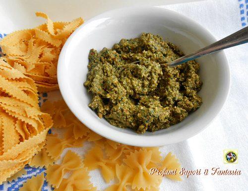 Salsa con la rucola pomodori secchi e noci