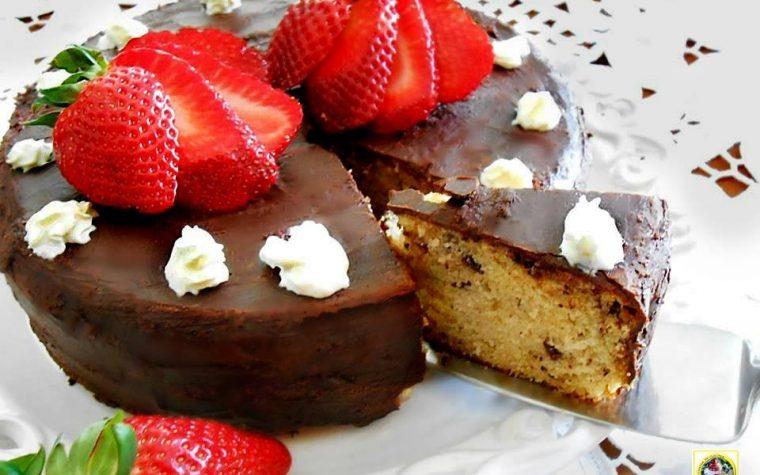 Torta allo yogurt di fragole e cioccolato